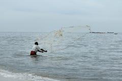 O pescador joga para fora sua rede Imagens de Stock