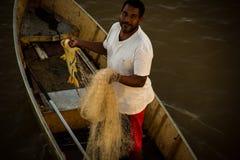 O pescador mostra os peixes travados no rio de São Francisco em Pirapora, Minas Gerais imagem de stock