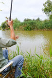 O pescador pescou para fora peixes pequenos do rudd Imagens de Stock Royalty Free