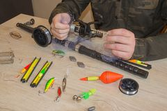 O pescador prepara-se à pesca Ferramentas e acessórios na tabela de madeira Imagens de Stock