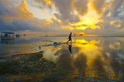 O pescador puxa o caiaque fotografia de stock