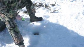O pescador retira peixes no inverno video estoque