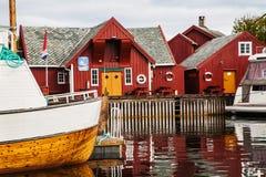 O pescador tradicional abriga o rorbu e os barcos na ilha de Haholmen, Imagens de Stock