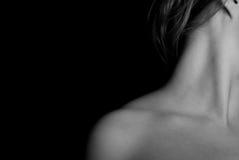 O pescoço e o ombro da mulher em preto e branco Fotografia de Stock