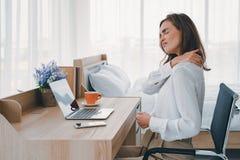 O pescoço e o ombro das jovens mulheres causam dor a ferimento com destaques vermelhos na área da dor, nos cuidados médicos e no  foto de stock royalty free