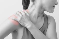 O pescoço e o ombro das mulheres do close up causam dor/ferimentos com destaques vermelhos na área da dor com fundos, cuidados mé Fotos de Stock