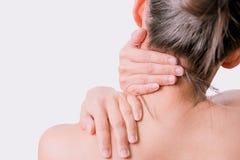 O pescoço e o ombro das mulheres do close up causam dor/ferimentos com fundos brancos, cuidados médicos e conceito médico Fotos de Stock