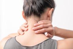 O pescoço e o ombro das mulheres do close up causam dor/ferimentos com fundos brancos, cuidados médicos e conceito médico Imagens de Stock
