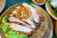 O pescoço grelhado da carne de porco, polvilha com as chalotas, e a salada com salada vegetal Imagem de Stock Royalty Free