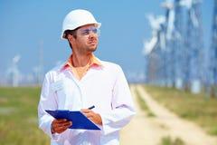 O pesquisador analisa readouts na central elétrica de energias eólicas Fotos de Stock