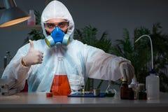 O pesquisador da droga da medicina que trabalha no laboratório Fotos de Stock