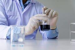 O pesquisador médico ou científico masculino do laboratório executa testes Imagens de Stock