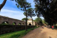 O pessoa anda ao longo da parede de Aurelian em torno de Roma antiga na rua de Aurelia Antica Imagem de Stock