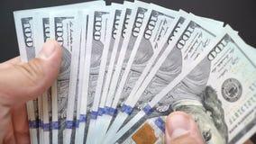 O pessoa considera o dinheiro com suas mãos um close-up Dólares no close up 4k do braço video estoque