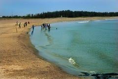 O pessoa da excursão joga com as crianças na praia fotos de stock