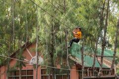 O pessoa de Ásia na aventura baseia falcões do céu Fotos de Stock Royalty Free