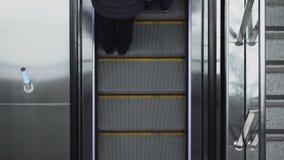 O pessoa de Timelapse monta na escada rolante dentro do mercado do shopping ou na alameda, vista de cima no aeroporto moderno video estoque