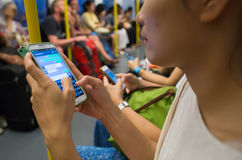 O pessoa desconhecido usar o telefone celular quando curso pelo metro Imagens de Stock