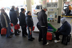 O pessoa diz na linha para o gás Fotografia de Stock Royalty Free