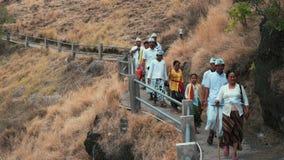 O pessoa do Balinese na cerimônia veste o passeio do templo do monte de Pura Batu Korsi video estoque