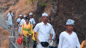 O pessoa do Balinese na cerimônia veste o passeio do templo do monte de Pura Batu Korsi filme