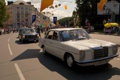 O pessoa e os carros retros movem-se na rua Fotografia de Stock