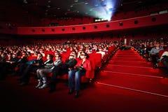 O pessoa em 3d-glasses presta atenção à película Imagens de Stock