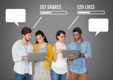 O pessoa em portáteis com partes e meios sociais dos gostos conecta com as bolhas vazias do bate-papo Imagem de Stock Royalty Free