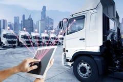 O pessoa está usando a tabuleta para controlar o serviço de transporte por caminhão do transportaion imagem de stock royalty free