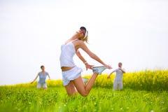 O pessoa feliz está saltando em um campo Imagem de Stock Royalty Free