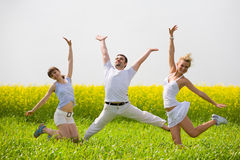 O pessoa feliz está saltando no campo Fotos de Stock Royalty Free