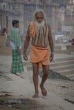 O pessoa hindu no Ganges River sagrado deposita no ghat de Dashashwamedh Imagem de Stock