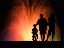 O pessoa mostra em silhueta a noite Imagem de Stock