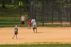 O pessoa não identificado joga o basebol amador no Central Park imagens de stock