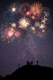 O pessoa na montanha olha fogos-de-artifício Foto de Stock Royalty Free