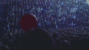 O pessoa no salão da audiência que empurra a bola como o processo da orientação antes do evento começa vídeos de arquivo