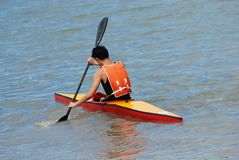 O pessoa pratica canoeing Imagem de Stock Royalty Free