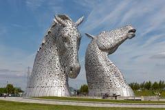 O pessoa que anda em torno do cavalo estrutura Kelpies no parque Falkirk da hélice Foto de Stock