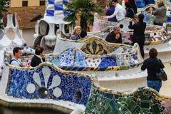 O pessoa que aprecia a telha de mosaico benches em Parc Guell Fotos de Stock Royalty Free