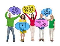 O pessoa que guarda o discurso colorido borbulha conceito social dos meios Foto de Stock