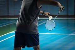 O pessoa que joga o badminton do badminton é servido fotografia de stock