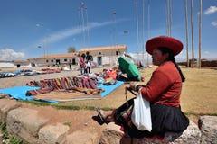 O pessoa troca lembranças tradicionais em Chinchero, Peru Fotografia de Stock Royalty Free
