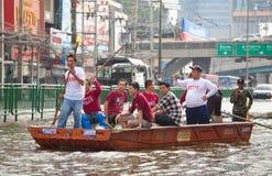 O pessoa usa o barco como um transporte fotos de stock royalty free