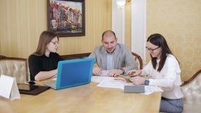O pessoal em uma reunião no escritório do chefe Exame de edições de negócio no escritório do chefe filme