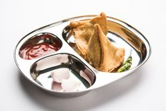 O petisco indiano Samosa do alimento serviu em uma placa de aço inoxidável com ketchup de tomate Imagens de Stock