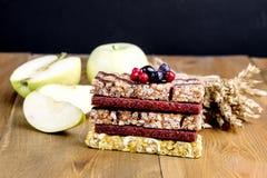 O petisco saudável Muesli do alimento barra a pilha do fundo de madeira das barras de Mueslies imagens de stock royalty free