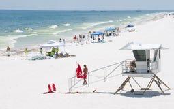 O petróleo lava em terra na praia de Pensacola Fotos de Stock