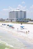 O petróleo lava em terra na praia de Pensacola Imagens de Stock Royalty Free