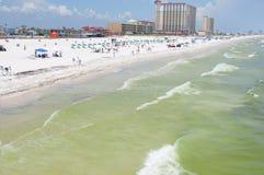 O petróleo lava em terra na praia de Pensacola Foto de Stock Royalty Free