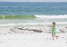 O petróleo lava em terra na praia de Pensacola Foto de Stock